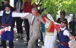 Μέχρι και παραδοσιακούς χορούς χόρεψε ο πρίγκιπας της Ουαλλίας Κάρολος στις Αρχάνες Ηρακλείου, όπου είχε διοργανωθεί προς τιμήν του ιδίου και της συζύγου του Καμίλα, δούκισσας της Κορνουάλης, γιορτή.  Το πριγκιπικό ζεύγος γεύτηκε τοπικά προϊόντα, περιηγήθηκε σε καφενεία του χωριού, συνομίλησε με ντόπιους. Ακόμη, επισκέφθηκε το παλάτι της Κνωσού και τους κήπους του Ερευνητικού Κέντρου της Βρετανικής Σχολής Αθηνών στην Κνωσό, όπου παρακολούθησε την παρασκευή γεύματος της μινωικής γαστρονομίας.