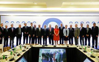 Αναμνηστική φωτογραφία των υπουργών Εξωτερικών των χωρών του Βίσεγκραντ και των βαλκανικών χωρών της Ε.Ε. στη 2η Υπουργική Συνάντηση «Visegrad-4 plus Balkan-4 plus», χθες, στο Σούνιο.