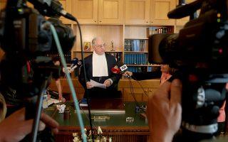 Η παραίτηση του προέδρου του ΣτΕ Νίκου Σακελλαρίου επέτεινε το βαρύ κλίμα στα ανώτατα δικαστήρια της χώρας, όπου οι φωνές για απόπειρες παρεμβάσεων και για παρεμβάσεις είναι συχνές.