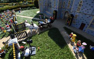 Ενα πρότυπο των βασιλικών γάμων στη Legoland του Ουίνδσορ. Για την κατασκευή του χρειάστηκε να δουλέψουν οκτώ άτομα επί 592 ώρες και χρησιμοποιήθηκαν 39.960 τουβλάκια Lego.