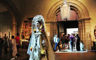 Με μουσική και ειδικό φωτισμό παρουσιάζονται τα «ιερά» κοστούμια στο μουσείο της Νέας Υόρκης.