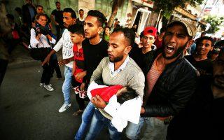 Σπαραγμός στην κηδεία της Λέιλα αλ Γκαντούρ, που υπέκυψε δηλητηριασμένη σε ηλικία μόλις οκτώ μηνών από δακρυγόνα του ισραηλινού στρατού στη Γάζα.