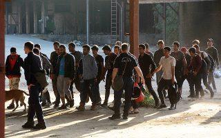 Στην επιχείρηση απομάκρυνσης των μεταναστών στην Πάτρα, η οποία άρχισε χθες τα ξημερώματα, συμμετείχαν 350 αστυνομικοί.