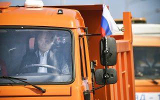 Οδηγώντας το πρώτο φορτηγό που διέσχισε τη γέφυρα της Κριμαίας, ο Ρώσος πρόεδρος Βλαντιμίρ Πούτιν εγκαινίασε χθες το έργο που ενώνει τη Ρωσία με τη χερσόνησο. Το όχημα τέθηκε επικεφαλής της πομπής 36 αυτοκινήτων που είχαν χρησιμοποιηθεί για την κατασκευή της γέφυρας.