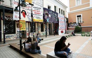 Οι διαφωνίες των παρατάξεων για τον χώρο πραγματοποίησης των φοιτητικών εκλογών, υπό τον φόβο των επεισοδίων, οδήγησαν σε ένα ακόμη βήμα προς την απαξίωσή τους, στην αναβολή τους στο Οικονομικό Πανεπιστήμιο Αθηνών και σε κάλπες σε διαφορετικούς χώρους στη Νομική Αθηνών – η ΔΑΠ-ΝΔΦΚ ψήφισε στην Αίγλη Ζαππείου και οι άλλες παρατάξεις στη Σόλωνος. Σελ. 6