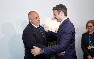 Ο πρόεδρος της Ν.Δ. Κυρ. Μητσοτάκης με τον Βούλγαρο πρωθυπουργό Μπόικο Μπορίσοφ, στο περιθώριο της συνόδου του ΕΛΚ, στη Σόφια.