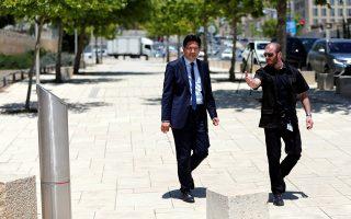 Ο Τούρκος επιτετραμμένος στο Ισραήλ, Ουμούτ Ντενίζ, φθάνει συνοδεία αστυνομικού στο υπουργείο Εξωτερικών, στην Ιερουσαλήμ.