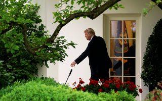 Ο Ντόναλντ Τραμπ παίρνει την ομπρέλα του αναχωρώντας από τον Λευκό Οίκο για να επισκεφθεί τη σύζυγό του Μελάνια στο νοσοκομείο του Μέριλαντ, όπου εξακολουθεί να νοσηλεύεται ύστερα από επέμβαση στα νεφρά.