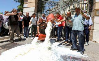 ktinotrofoi-erixan-gala-exo-apo-tin-eisodo-toy-ypoyrgeioy-makedonias-thrakis-fotografies0