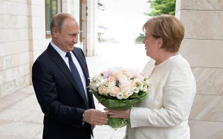 Στη συνάντησή τους στο Σότσι της Μαύρης Θάλασσας, η Γερμανίδα καγκελάριος και ο Ρώσος πρόεδρος συζήτησαν το θέμα του αγωγού Nord Stream 2, που θα μεταφέρει φυσικό αέριο από τη Ρωσία στη Γερμανία.