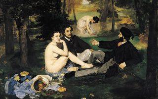 Η Βικτορίν Μεράν, επαγγελματίας μοντέλο, κάθεται ολόγυμνη σε ένα πικ νικ ανάμεσα σε ντυμένους άνδρες. Ο περίφημος πίνακας «Πρόγευμα στη χλόη» (1863) του Εντουάρ Μανέ, είχε σκανδαλίσει την κοινωνία της εποχής.