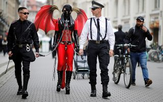 Περί φύλου 2.  Με ολοφάνερα τα ζητήματά τους, τρεις συμμετέχοντες στο φεστιβάλ Wave and Goth περπατούν σε δρόμο της Λειψίας.  REUTERS/Axel Schmidt