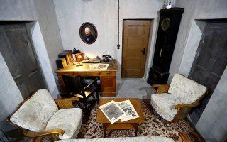 Αντίγραφο του γραφείου του Αδόλφου Χίτλερ στο μπούνκερ του στο Βερολίνο. Ο αρχηγός των ναζί έβαλε τέρμα στη ζωή του με υδροκυάνιο.