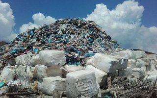 Η προ ημερών εικόνα στο Τεμπλόνι με τα βουνά από σκουπίδια.