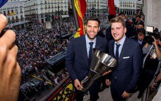 Ρέγες και Ντόντσιτς με το 10ο τρόπαιο της Ρεάλ, χθες, στη Μαδρίτη.
