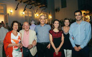 Από αριστερά: Μαρλέν και Ηλίας Πανιάρας, Ανδρέας Κανελλόπουλος, Ιρις Λογοθέτη, Γιούλη Κανελλοπούλου, Λεωνίδας Κανελλόπουλος.