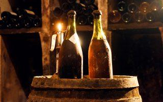 Δύο μποτίλιες από τις τρεις του «κίτρινου κρασιού» vin jaune, οι οποίες χρονολογούνται από το 1774. Τα μπουκάλια του κρασιού πρόκειται να δημοπρατηθούν στη Λον λε Σονιέ στις 26 Μαΐου.