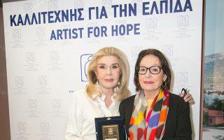 Η Μαριάννα Βαρδινογιάννη με τη Νάνα Μούσχουρη, που στηρίζει την «Ελπίδα» από το 1990.