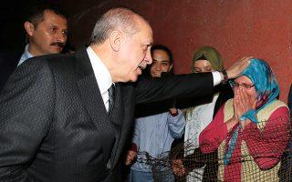 Ο Ταγίπ Ερντογάν ετοιμάζεται να μοιραστεί με συγκινημένους ψηφοφόρους του το παραδοσιακό δείπνο του Ραμαζανίου (ιφτάρ).