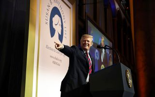 Ο Ντόναλντ Τραμπ στη διάρκεια προχθεσινής ομιλίας του σε εκδήλωση που διοργάνωσε ένωση κατά των αμβλώσεων, στην Ουάσιγκτον.