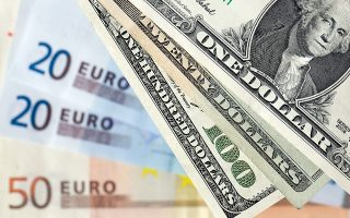 Tο ευρώ βρέθηκε υπό πίεση εν μέσω αυξημένης πολιτικής αβεβαιότητας στην Ιταλία, αλλά και λόγω της επιβράδυνσης της οικονομικής ανάπτυξης στην Ευρωζώνη τους πρώτους μήνες του έτους.