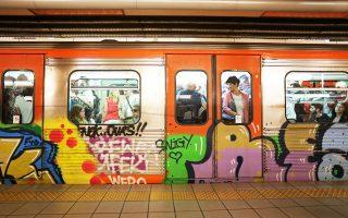 Τα γκράφιτι στα βαγόνια, στις σήραγγες, στις εγκαταστάσεις του Ηλεκτρικού Σιδηροδρόμου δεν είναι το μοναδικό στοιχείο υποβάθμισης ενός μέσου που μεταφέρει καθημερινά 230.000 επιβάτες. Σπασμένα πλακάκια, ταβάνια που στάζουν νερό, χαλασμένα ασανσέρ συνθέτουν ένα σκηνικό εγκατάλειψης, ασύμβατο με την είσοδο του μέσου στην ηλεκτρονική εποχή.