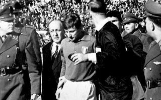 Ο Τζόρτζιο Φερίνι αποχωρεί συνοδευόμενος από τον διαιτητή Κεν Αστον και την αστυνομία. Ηταν ο πρώτος εκ των δύο Ιταλών που αποβλήθηκαν σε εκείνο το παιχνίδι, το οποίο χαρακτηρίστηκε από βιαιοπραγίες μεταξύ των παικτών.