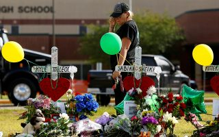 Λίγα λουλούδια στη μνήμη των παιδιών και των καθηγητών που σκοτώθηκαν από την επίθεση σε γυμνάσιο της Σάντα Φε.