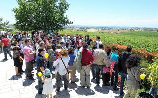 Οκτώ διαφορετικές οινικές διαδρομές θα μπορούν να ακολουθήσουν αυτό το Σαββατοκύριακο στη Βόρειo Ελλάδα όσοι αποφασίσουν να επισκεφθούν οινοποιεία που θα είναι έτοιμα να τους υποδεχθούν με «Ανοιχτές Πόρτες» και ελεύθερη είσοδο. Από τις 11 π.μ. έως τις 7 μ.μ., οι επισκέπτες θα μπορούν να δοκιμάσουν κρασιά στα 27 οινοποιεία και να περιηγηθούν σε 12 εργαστήρια παραδοσιακών προϊόντων. Οι «Ανοιχτές Πόρτες», που οργανώνονται εδώ και 14 χρόνια, πέρυσι προσείλκυσαν 11.500 άτομα.
