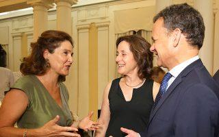 Η πρέσβειρα του Ισραήλ Ιριτ Μπεν Αμπα σε μια εγκάρδια συζήτηση με τον πρέσβη της Ολλανδίας Κασπάρ Βέλντκαμπ και τη σύζυγό του.
