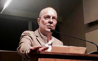 Ο ποιητής Γιάννης Ευθυμιάδης στη δυναμική παρουσίαση της νέας συλλογής του.