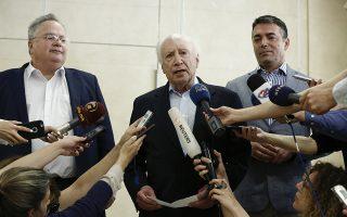Ο ειδικός διαμεσολαβητής του ΟΗΕ, Μάθιου Νίμιτς (Κ), ανάμεσα στον υπουργό Εξωτερικών της Ελλάδος, Νίκο Κοτζιά (A) και τον υπουργό Εξωτερικών της Πρώην Γιουγκοσλαβικής Δημοκρατίας της Μακεδονίας (ΠΓΔΜ), Νικόλα Δημητρόφ (Δ), κάνει δηλώσεις στον Τύπο, μετά τη συνάντησή τους σε ξενοδοχείο στο Σούνιο, κοντά στην Αθήνα, Σάββατο 12 Μαΐου 2018. ΑΠΕ-ΜΠΕ/ ΑΠΕ-ΜΠΕ/ ΓΙΑΝΝΗΣ ΚΟΛΕΣΙΔΗΣ
