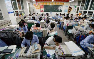 Η στιγμή του αγώνα. Στοίβες τα βιβλία και τα παιδιά ακούνητα στα θρανία τους να διαβάζουν παρά την απουσία του καθηγητή. Στην Κίνα είναι η σπουδαιότερη στιγμή για τους νέους και αυτή που θα καθορίσει εν πολλοίς το μέλλον τους. Οι εξετάσεις για τα ανώτερα εκπαιδευτικά ιδρύματα,  οι Gokey που για φέτος θα διεξαχθούν στις 7 και 8 Ιουνίου. EPA/HAO QUNYING