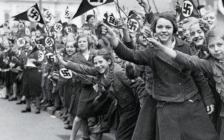 Αυστρία, 1936. Η προσάρτηση της χώρας στη ναζιστική Γερμανία γίνεται δεκτή με ενθουσιασμό από τους Αυστριακούς. Ωστόσο, στο «Ημερήσια διάταξη» του Eric Vuillard, συναντάμε Πάντσερ ακινητοποιημένα λόγω μηχανικής βλάβης, τεχνίτες που δεν έρχονται, τον Χίτλερ να τρέχει και να μη φτάνει στην ώρα του.