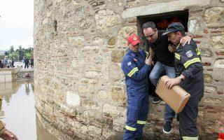 Πολίτης που ξεκίνησε να πάει στο γραφείο του πρωθυπουργού, για να προστατευθεί από την καταιγίδα, και εγκλωβίστηκε στον Λευκό Πύργο.