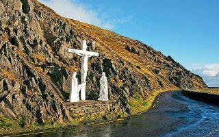 Η αναπαράσταση της Σταύρωσης στο Slea Head «κοιτάζει» απέναντι, στα νησιά Blasket. (Φωτογραφία: ΝΙΚΟΣ ΚΟΚΚΑΣ)
