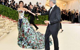 Η Amal Clooney με δημιουργία Richard Quinn, περπάτησε στο κόκκινο χαλί του με τον σύζυγό της, George Clooney