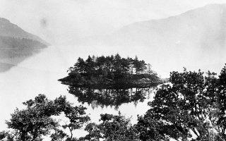 Μία όψη της λίμνης του Λοχ Νες στη Σκωτία, την περίοδο που είχαν «φουντώσει» οι φήμες περί θεάσεων της θρυλικής Νέσι, του υδρόβιου τέρατος που θρυλείται ότι κατοικεί στα νερά της, το 1934. Αρχής γενομένης το 1932, μεγάλος αριθμός αναφορών έκανε την εμφάνιση του στον τοπικό τύπο, ο οποίος έκανε λόγο για την ύπαρξη ενός ασυνήθιστου πλάσματος στα νερά της λίμνης. Τρεις μήνες μετά από το τράβηγμα της παραπάνω φωτογραφίας, η πιο διάσημη φωτογραφία του «τέρατος» έκανε την εμφάνιση της, απεικονίζοντας ένα πλάσμα με μακρύ λαιμό και μικρό κεφάλι, παρόμοιο με πλησιόσαυρο, ένα θαλάσσιο πλάσμα της εποχής των δεινοσαύρων. Δεκαετίεας αργότερα, τελικώς αποδείχτηκε η πλαστότητα της. (AP Photo)