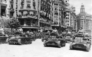 Εθνικιστές στρατιώτες πάνω σε τεθωρακισμένα οχήματα παρελαύνουν στους δρόμους της Βαλένθια της βορειοανατολικής Ισπανίας, εορτάζοντας τη νίκη του Φρανσίσκο Φράνκο στον Ισπανικό Εμφύλιο Πόλεμο, το 1939. (AP Photo)