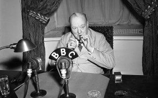 O πρωθυπουργός του Ηνωμένου Βασιλείου, Ουίνστον Τσόρτσιλ, ανάβει το πούρο του, προτού ξεκινήσει το ραδιοφωνικό διάγγελμα του προς τον βρετανικό λαό από την Ουάσιγκτον, το 1943. (AP Photo/Byron Rollins)