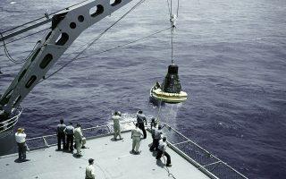 Η διαστημική κάψουλα «Faith 7», στην οποία επιβαίνει ο αστροναύτης Λερόι Γκόρντον Κούπερ, ανασύρεται με γερανό από τον Ειρηνικό Ωκεανό και τοποθετείται στο αμερικανικό αεροπλανοφόρο «Kearsarge», το 1963. Η διαστημική αποστολή του Κούπερ υπήρξε η μακρύτερη αποστολή στο διάστημα που είχαν επιτύχει μέχρι τότε οι Ηνωμένες Πολτείες. (AP Photo)