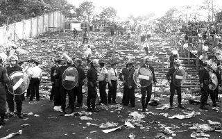 Άνδρες της βελγικής αστυνομίας προσπαθούν να επιβάλλουν την τάξη στο στάδιο Χέιζελ των Βρυξελλών, λίγο μετά από μία από τις χειρότερες τραγωδίες στην ιστορία του παγκόσμιου ποδοσφαίρου, το 1985. Η τραγωδία έλαβε χώρα πριν από την έναρξη του τελικού Κυπέλλου Πρωταθλητριών Ευρώπης μεταξύ της Λίβερπουλ και της Γιουβέντους, όταν μερίδα οπαδών των «Κόκκινων» άρχισε να προσεγγίζει επιθετικά την κερκίδα που βρίσκονταν οι οπαδοί της ιταλικής ομάδας, αναγκάζοντας τους τελευταίους να οπισθοχωρήσουν προς έναν τοίχο στο τέλος της εξέδρας. Αρκετοί Ιταλοί οπαδοί στοιβάχτηκαν στον τοίχο και συνθλίφτηκαν από την πίεση του κόσμου, η οποία προκάλεσε και την κατάρρευση του τοίχου, προξενώντας ακόμη περισσότερα θύματα. Ο τραγικός απολογισμός ανήλθε σε 39 νεκρούς και περισσότερους από 400 τραυματίες. (AP Photo)