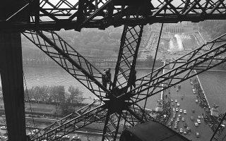 Τέσσερις ατρόμητοι ορειβάτες, τρείς Γάλλοι και ένας Βρετανός, σκαρφαλώνουν τον Πύργο του Άιφελ, με την ανάβαση τους να μεταδίδεται από τη γαλλική τηλεόραση, το 1964. Οι τέσσερις ορειβάτες σκαρφάλωσαν στο σήμα κατατεθέν της γαλλικής πρωτεύουσας για την 75η επέτειο από τη δημιουργία του κτιρίου από τον Γκουστάβ Άιφελ, το 1889. (AP Photo)