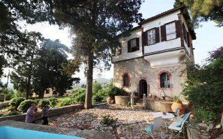 Για πρώτη φορά σε 13 πόλεις της Ελλάδας, ιδιοκτήτες 39 αξιοσημείωτων αρχοντικών ανοίγουν, μεταξύ 24 και 27 Μαΐου, τις πόρτες τους στο κοινό στο πλαίσιο της πανελλαδικής δράσης «Επισκέψιμα Αρχοντικά». Στο Πλωμάρι της Λέσβου θα ανοίξουν δύο αρχοντικά. Στη φωτογραφία, το Πυργόσπιτο Αλαμανέλλη στους Πύργους Θερμής Λέσβου, το οποίο κτίστηκε το 1783. Προ ημερών το επισκέφθηκαν μαθητές της περιοχής και ξεναγήθηκαν από την ιδιοκτήτρια.