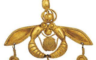 Χρυσό κόσμημα σε σχήμα δύο μελισσών που εναποθέτουν μέλι σε κηρήθρα. Μάλια, Χρυσόλακκος (περ. 1700 π.Χ.). | Χρυσό κόσμημα σε σχήμα δύο μελισσών που εναποθέτουν μέλι σε κηρήθρα. Μάλια, Χρυσόλακκος (περ. 1700 π.Χ.). | Χρυσό κόσμημα σε σχήμα δύο μελισσών που εναποθέτουν μέλι σε κηρήθρα. Μάλια, Χρυσόλακκος (περ. 1700 π.Χ.).  Αρχαιολογικό Μουσείο Ηρακλείου