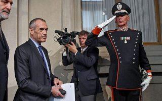 O πρώην αξιωματούχος του ΔΝΤ Κάρλο Κοταρέλι, έλαβε εντολή σχηματιστμού κυβέρνησης από τον Ιταλό Πρόεδρο.