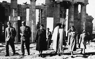 Από αριστερά: Φίλιππος, Παύλος, Ελισάβετ Β΄ και Φρειδερίκη. Δεκέμβριος του 1950, στην Ακρόπολη, στην ανεπίσημη επίσκεψη της Ελισάβετ.