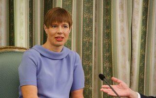 «Η εποχή με τις εταιρείες των 10.000 εργαζομένων, με σταθερή έδρα, έχει παρέλθει. Ολο και περισσότεροι πολίτες ζουν λιγότερο προσδεδεμένοι στο εθνικό κράτος, σαν ψηφιακοί νομάδες», λέει η Εσθονή πρόεδρος, Κέρστι Κάλιουλαϊντ.
