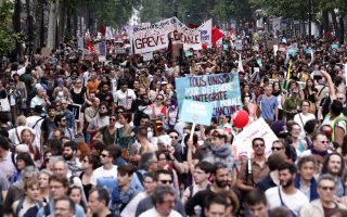 epa06765035 Thousands of people demonstrate against French government reforms in Paris, France, 26 May 2018. Far left political parties and French trade union CGT (General Confederation of Labour) call for a national day of protest against the government policies.  EPA/ETIENNE LAURENT
