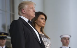 epa06690332 United States President Donald J. Trump (L) and First Lady Melania Trump (R) wait to welcome French President Emmanuel Macron and his wife Brigitte Macron at the North Portico of the White House before a state dinner in Washington, DC, USA, 24 April 2018. President Macron is in DC for three days for a state visit and an address to a joint session of Congress on 25 April.  EPA/CHRIS KLEPONIS / POOL